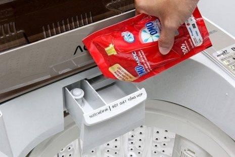 Máy giặt sử dụng nước và bột giặt như thế nào?