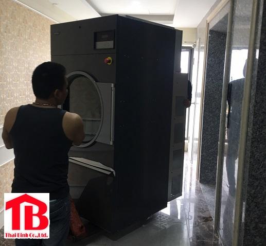 Vận chuyển máy giặt công nghiệp qua thang máy lên tầng